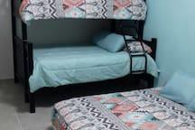 Dormitorio 2, cama baja matrimonial y litera con cama matrimonial y cama individual.