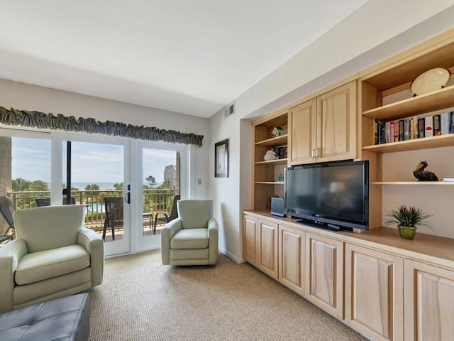 Living Room with Flat Screen TV and Balcony Views at 336 Shorewood