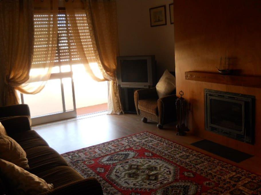 sala de estar com fogão de sala com recuperador de calor