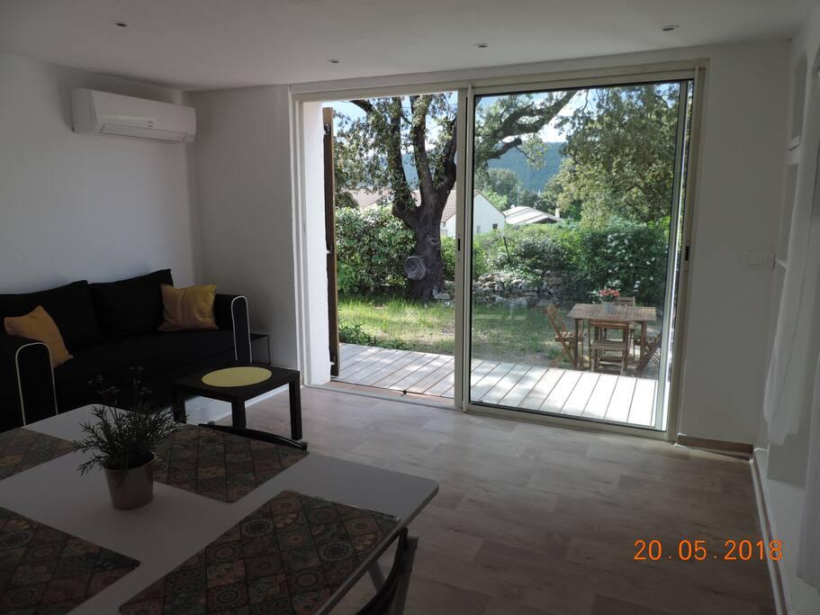 salon-séjour avec baie vitrée sur jardin