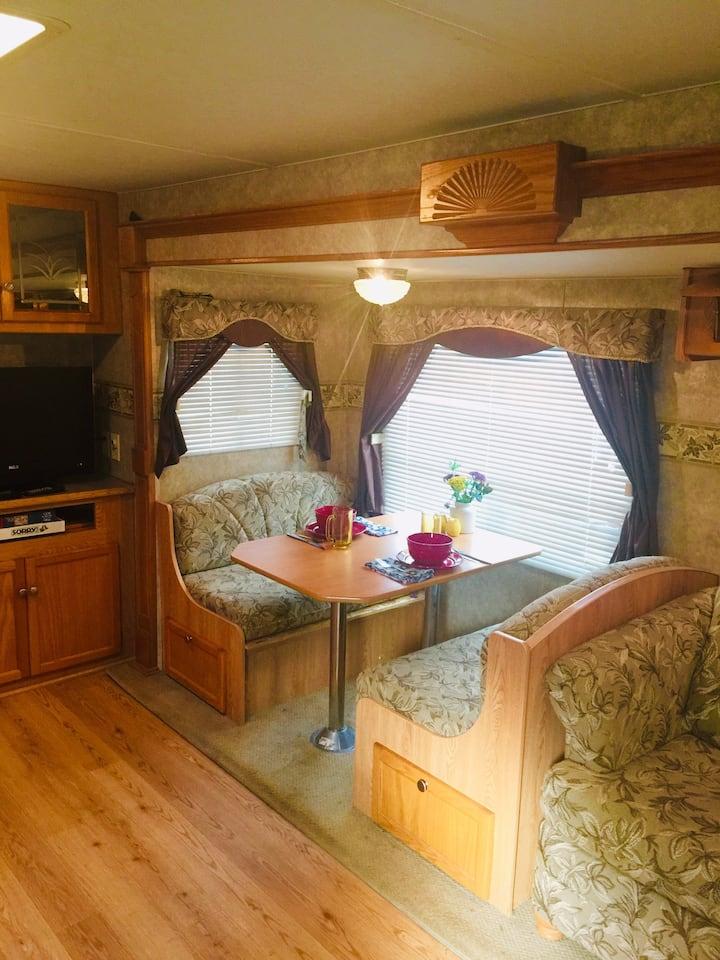Cozy spacious camper, convenient to RDU