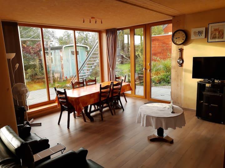 Groot rustig appartement met veel licht en tuin