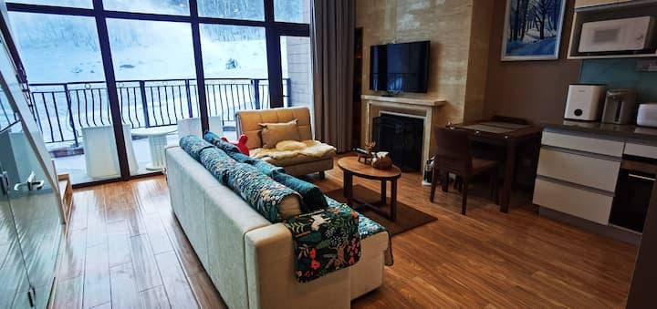 崇礼冬奥赛场云顶丽苑111平米loft奢华公寓,紧邻雪道阳台滑进滑出ski in & ski out