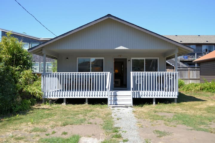 CABIN AT THE BEACH~MCA 1263~Adorable cabin only 1 block to beach and town. - 2 Bedroom, 1 Bathroom