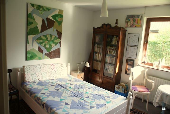 Sjovt værelse med kunst på væggene  - Svaneke - Talo