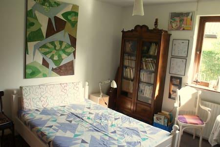 Sjovt værelse med kunst på væggene  - Svaneke