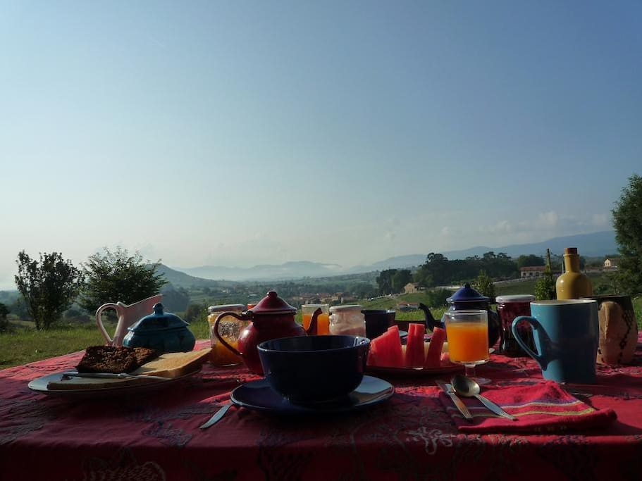 Breakfast in the front porch with the view of Santillana del Mar in backgrond / Desayuno en el porche delantero con vistas sobre Santillana del Mar