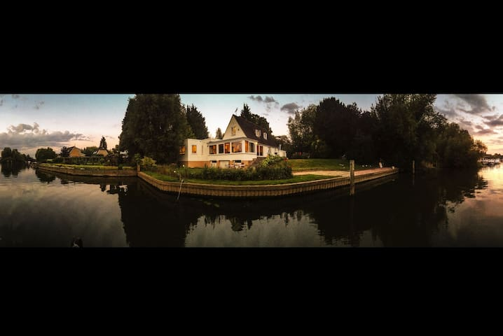 Chateau Gato Riverside Retreat - Wraysbury - บ้าน