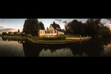 Chateau Gato Riverside Retreat - Wraysbury