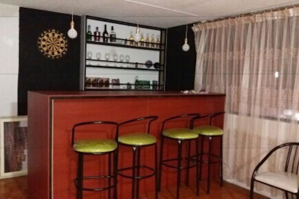 Bar en amplia sala especial para departir en grupo de visitantes