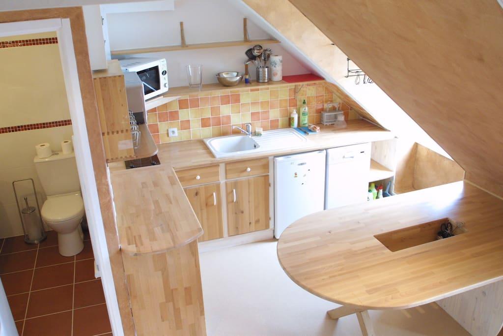 Une cuisine ouverte et entièrement aménagée pour vous faciliter la vie.