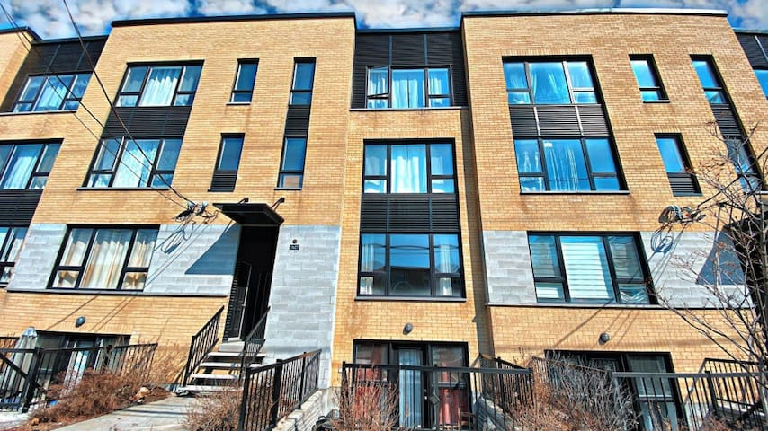 Condo Takes Up to 4 Guests / Walk to St Michel Stn