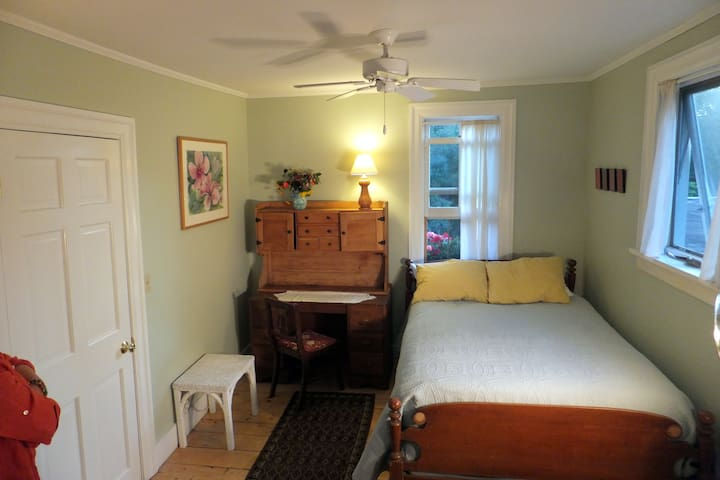 Peaceful, with pillow top mattress and impeccable linens!