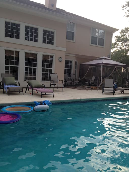 Another great picture of the pool... look at those lounge chairs...tan time!!