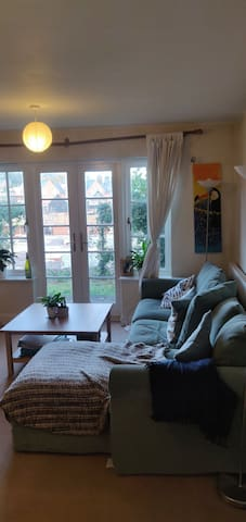 Private double bedroom in central Winchester flat