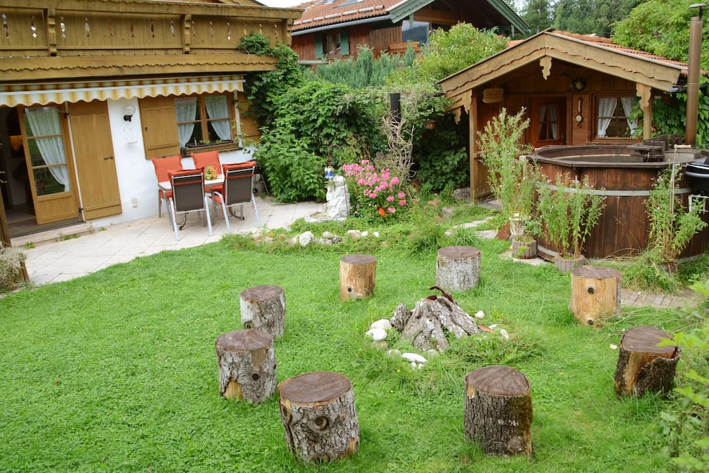 Lagerfeuerplatz zum Würschtle grillen, Holzbadezuber und Saunahäuschen