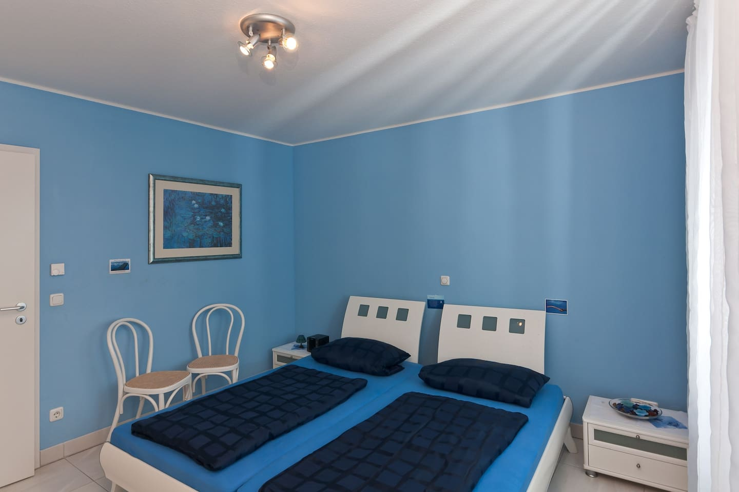 Room with a comfortable big double bed (200 cm x 200 cm, 2 mattresses)