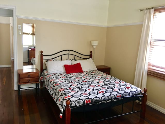 Hope Cats ECO City Lodge - Queen Bed - Hawthorne - Hus