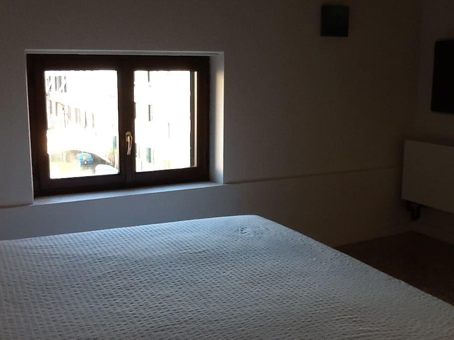 Vista dalle finestre della camera da letto su Campo Santa Giustina e canale con ponti.