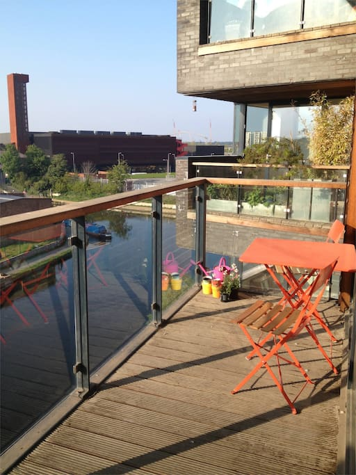 Perfect for a sundowner! Overlooks where the Grand Union and Hertford Union canals meet....