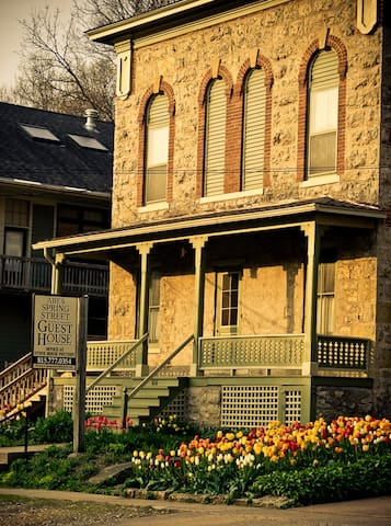 Abe's Spring Street Guest House -Rudolph's Retreat - Galena - Bed & Breakfast