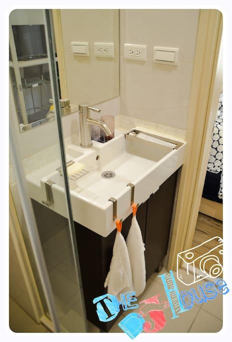 寬敞盥洗台面一起整裝出發吧/Clean bathroom