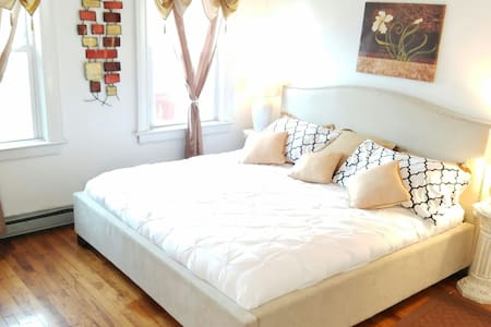 Huge airy room perfect for two! - Bronx