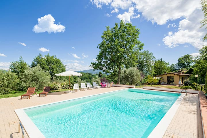 Cozy country house with private garden and pool