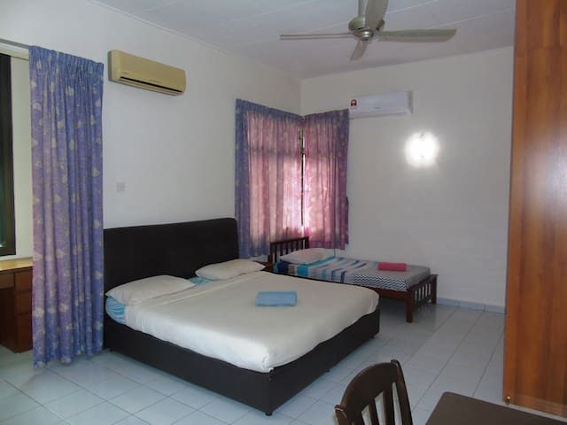 King size Master room close to the sea, great WIFI