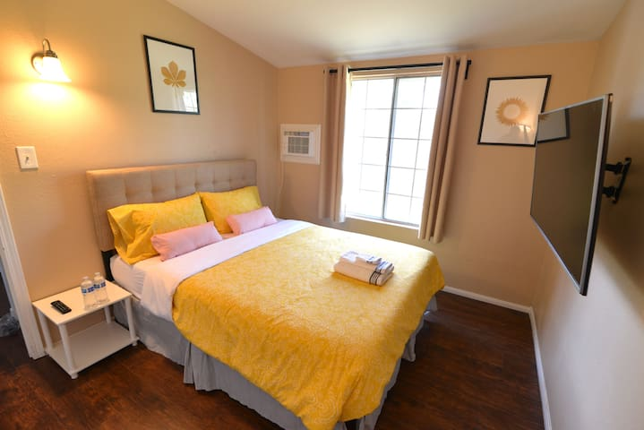 .SIMPLE & CLEAN ROOM, just minutes to Disney.