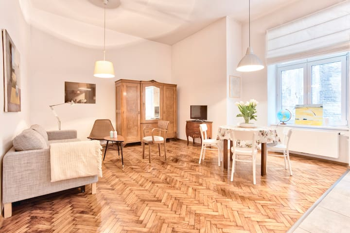 Artistic Old Town Apartment for 5 by Tyzenhauz