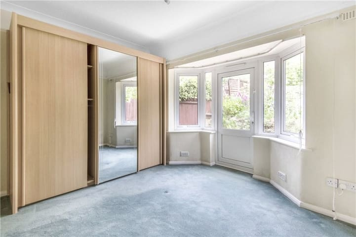 Spacious Maisonette Apartment, Close to London