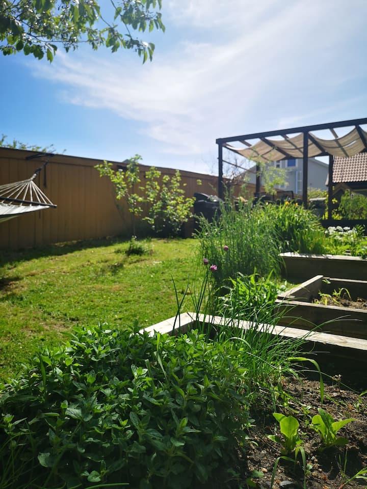 Sjarmerende hus - frodig hage. Landlig og sentralt