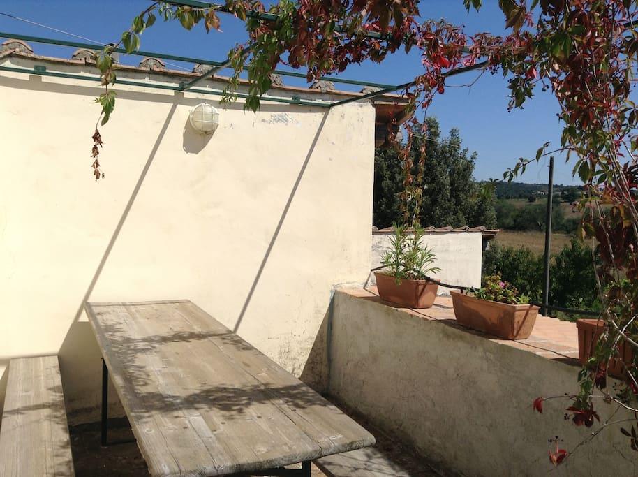 Pergolato panoramico privato con tavolo da pranzo /panoramic  bower outside the livingroom with dining table
