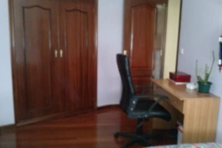Amplio y luminoso dormitorio - Ourense