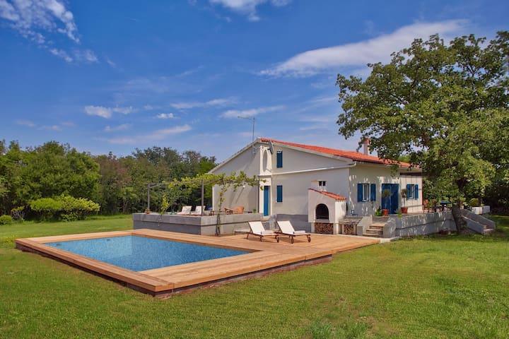 Confortevole villa con piscina sull'isola di Krk, ideale per gli amanti del FKK