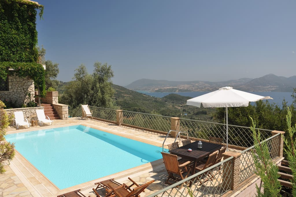 Wonderful villa with pool and amazing views of the sea and the mountain across