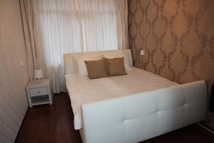 2 Private rooms ♕king size beds, location hotspot☼