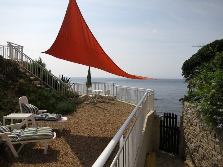 """Villa """"pieds dans l'eau"""" accès direct à la mer"""