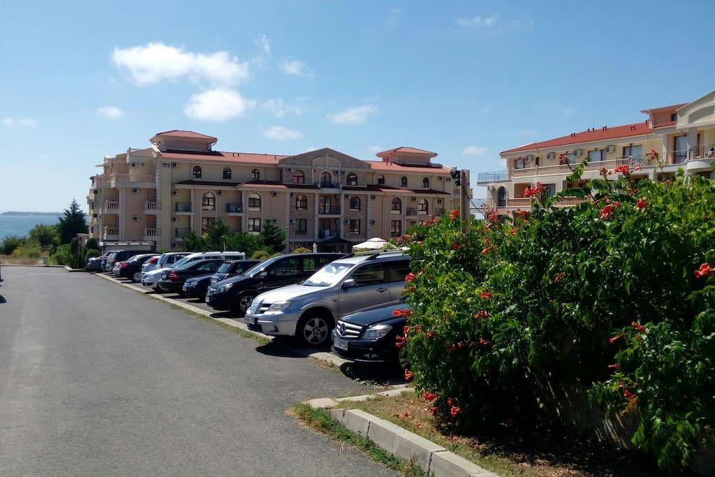 парковка за территорией комплекса