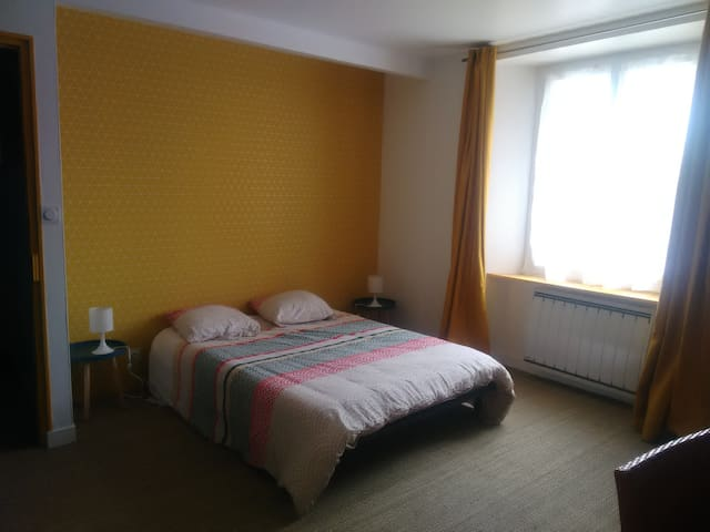 Spacious and bright room close to Rennes