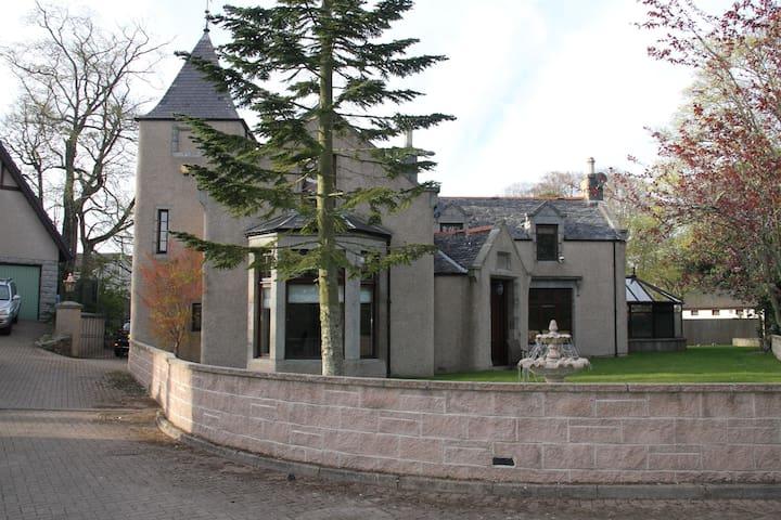 Amazing 4 Bed Scottish Baronial Style House - Westhill - Dom