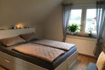 Schlafzimmer (Liegefläche Bett: 160x200 cm)