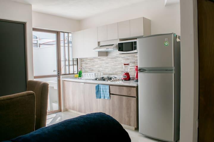 Cocina Equipada Con Vajilla, Electrodomésticos y Utensilios para Cocinar