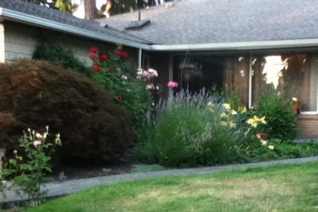 Private room 2 minutes to I-90 - Mercer Island - Casa