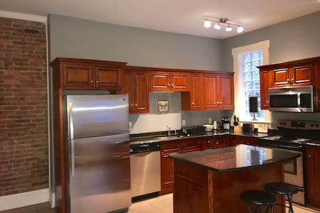 5BD Downtown Brownstone - 3 blocks from MGM Casino
