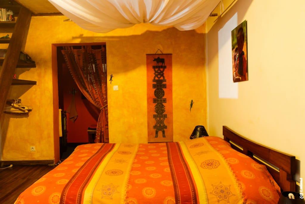 Chambre de charme avec sanitaires et salle de bain privative, mini-bar-chauffage-coffre-wifi haut débit pour votre confort, donne sur une jolie terrasse privée, fleurie aux arômes exotiques...