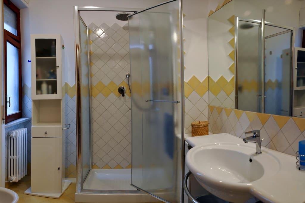 bagno giallo con doccia a plafoniera e mobile bagno con... sorpresa