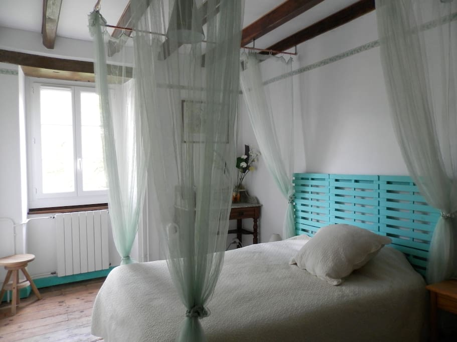 B b dans grande maison anhaux guesthouses for rent in for Salle a manger 10m2