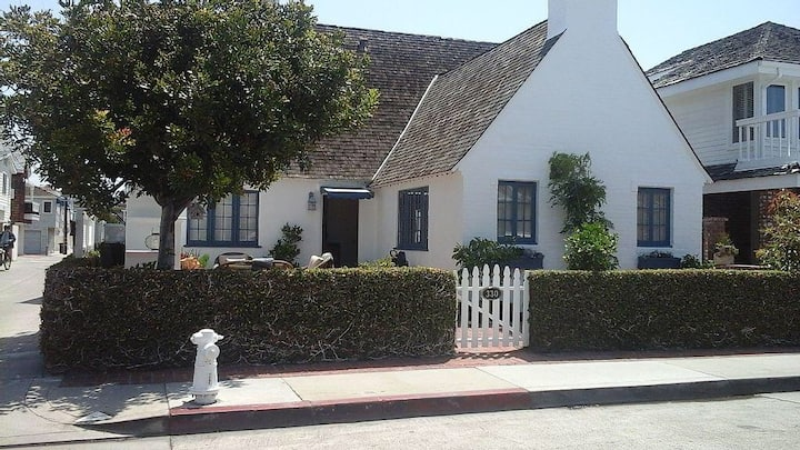 Charming 3 Bedroom 3 Bath Cottage one house to bay